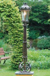 Grand lampadaire en fer forgé pour l'extérieur de style classique. Robers.