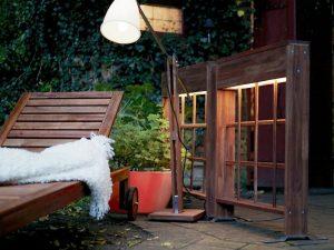 Lampadaire extérieur en bois et paravent lumineux