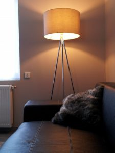 lampadaire trepied bois metal