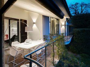 Luminaire extérieur design de balcon : lampadaire blanc et applique murale moderne